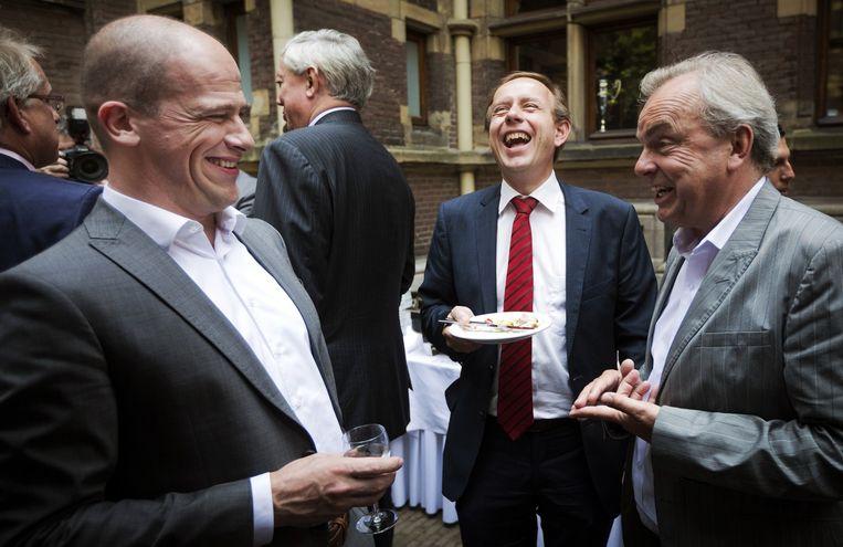 VLNR Diederik Samsom (Pvda) in gesprek met Kees van der Staaij (SGP) en Steven van Eijck (oud LPF) tijdens de traditionele barbecue in in Nieuwspoort. Beeld Freek van den Bergh
