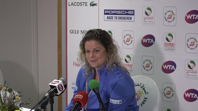 Kim Clijsters en conférence de presse après sa défaite encourageante face à Muguruza à Dubai.