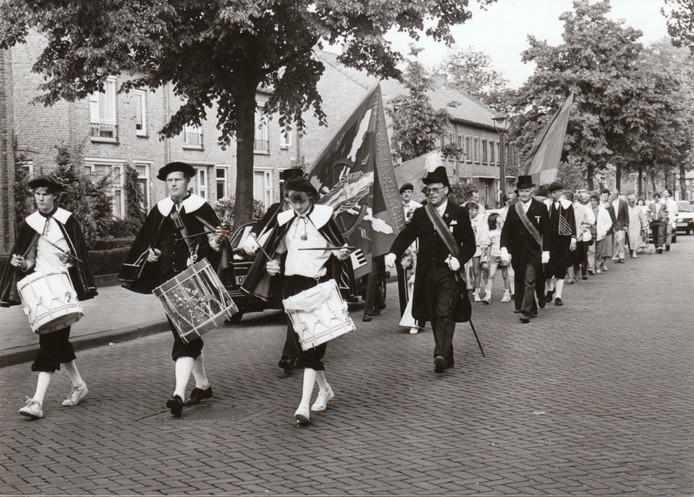 Vertrek van processie naar Meerveldhoven (28-5-1986).