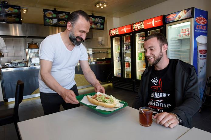 Robbie Hageman in zijn favoriete broodjeszaak Hizmet Gestel.