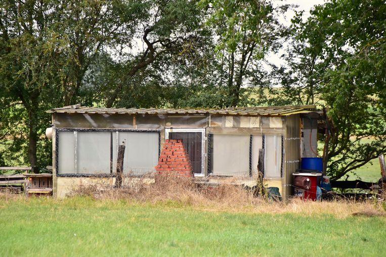 De feiten speelden zich af aan deze barak op een braakliggend stuk grond langs de Hovingstraat in Slypskapelle (Moorslede).