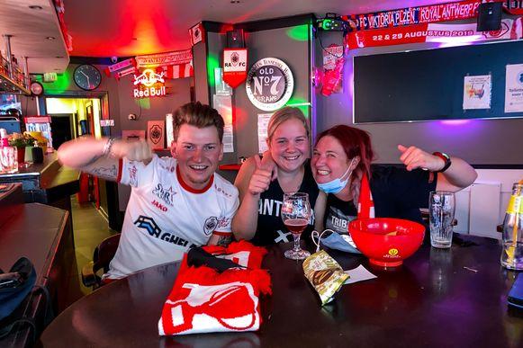RAFC supporters volgen de bekerfinale Antwerp-Club Brugge in cafe Daniel's. Jan, Laura, Julie.