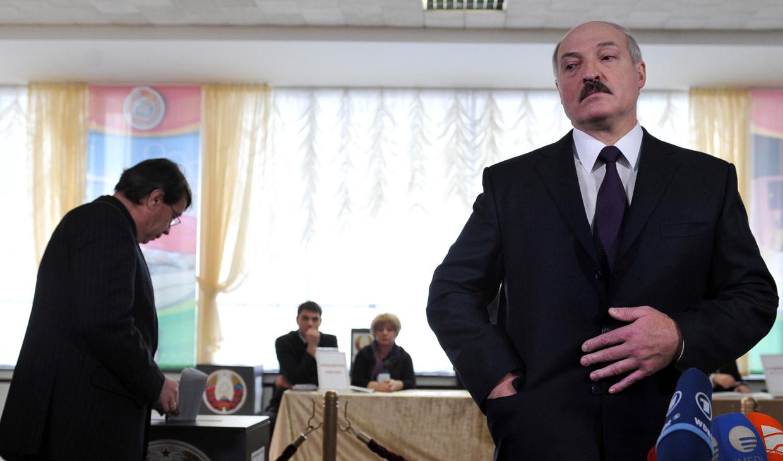De president van Belarus, Alexander Loekasjenko, spreekt journalisten toe tijdens verkiezingen in Minsk, december 2019.   Beeld AFP