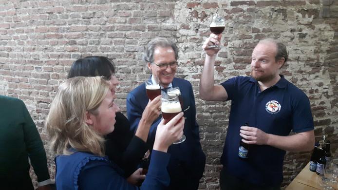 Proosten met de 'Houdoe en Bedankt' bieren