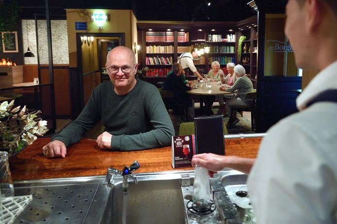 """Kees Quispel, aan de bar van zijn eigen café-restaurant De Borgh: ,,Een paar rotte appels verpesten de samenwerking tussen horeca-ondernemers in Zevenbergen."""""""