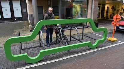 Fietsenrek in vorm van auto palmt parking in