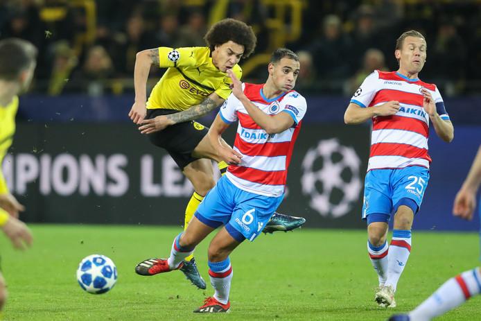 Borussia Dortmund-Club Brugge: Axel Witsel knalt de bal tegen Sofyan Amrabat aan.