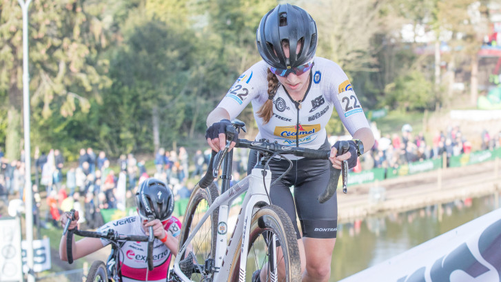 Shirin van Anrooij is na lang crossseizoen nog heel fris tijdens Vestingcross