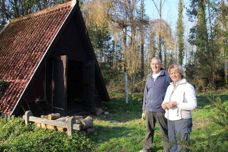 Natuurconservator Chris Van de Velde en Leeds Natuurpuntvoorzitter Yvette Saerens bij de vogelkijkhut in de Geelstervallei.