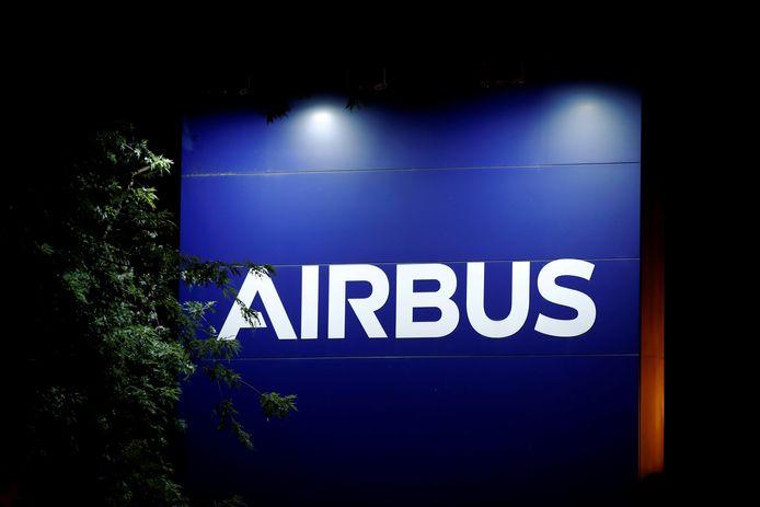 Het logo van Airbus aan de fabriek in Blagnac nabij Toulouse