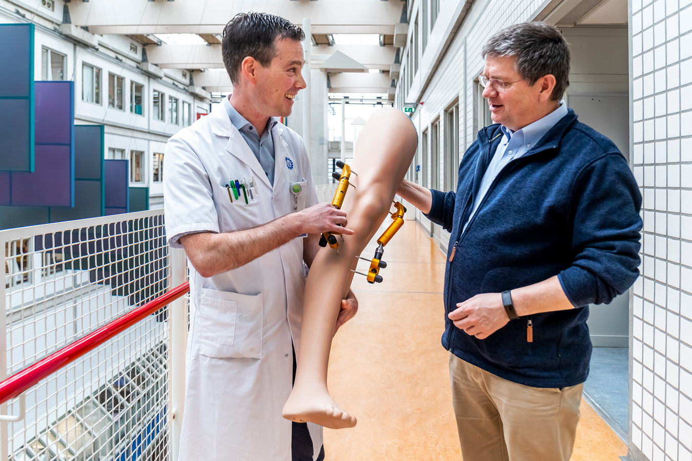 Orthopeed Roel Custers (links) en professor Floris Lafeber laten de kniedistractor zien.
