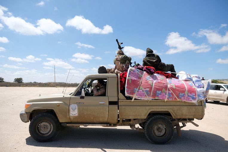 Militairen van het Libische Nationale Leger begeven zich richting de Libische hoofdstad Tripoli. Beeld REUTERS