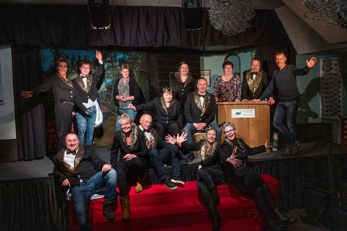 De generale repetitie van Manderveen Op Planken. De toneelvereniging viert deze week het 40-jarig bestaan met twee avondvullende programma's.