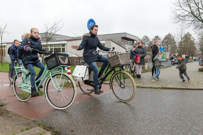 Basisschool kinderen fietsen nog massaal zonder fietshelm. Ook bij de Octopus in Zwolle Zuid.