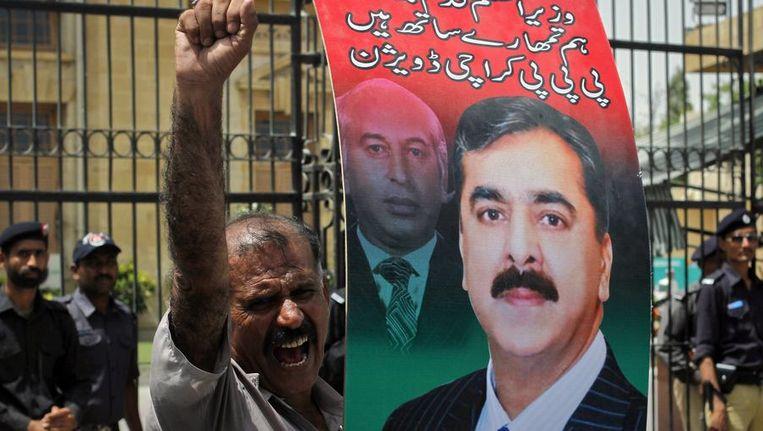 Een supporter van Gilani is woedend over de uitspraak van het Hooggerechtshof. Beeld reuters