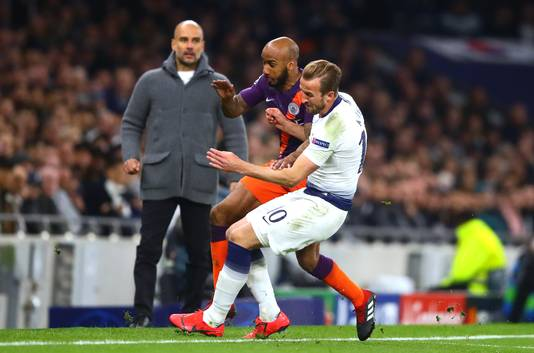 Harry Kane (rechts) blesseert zichzelf na een tackle bij Fabian Delph van City.