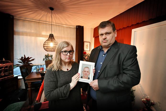 Eef-Jan Elst, samen met zijn dochter en weduwe Anica. Hij is de schoonvader van de op 5 februari verongelukte Herwin Dikken
