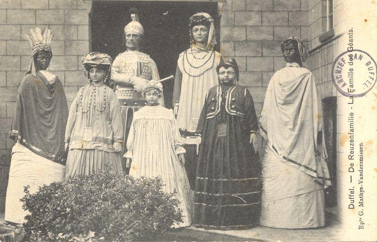 De zeven reuzen rond 1910, in hun kledij van voor WO I. Tijdens de oorlog ging die kledij verloren en een tijdlang werden ze aangekleed met eenvoudige stoffen.