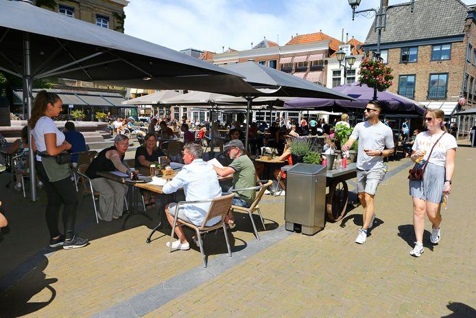 Een vertrouwd beeld: de terrassen op de Grote Markt in Gorinchem stroomden gisteren voor het eerst sinds weken weer vol.