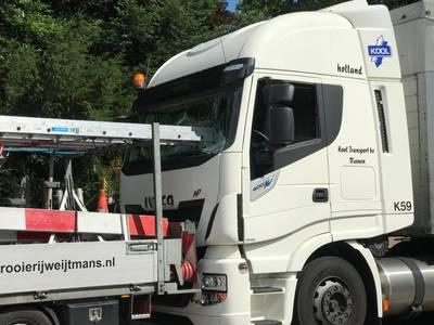 Overleg tussen collega's zorgt voor ladder door de ruit van een vrachtwagen; chauffeur ongedeerd