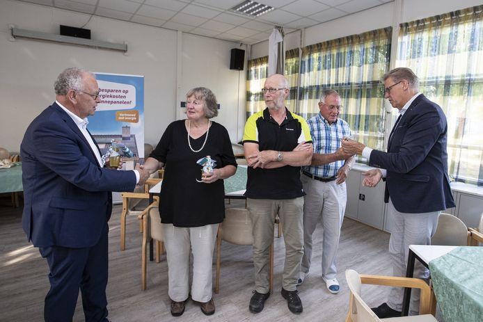 Op de foto vlnr Directeur Welbions  Harry Rupert, Lenie, Theo, Johan en wethouder Michel Korteman.