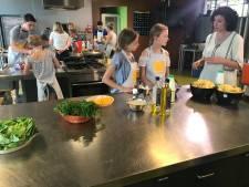 Aan de slag met tv-kok: Wierdense leerlingen bakken vegaburgers