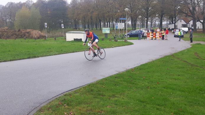 Eén van de fietsers bij De Pettelaarse Schans in Den Bosch