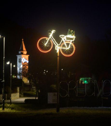 Slovenië eert Pogacar en Roglic met versierde fietsen: 'Lichtpuntjes in coronacrisis'