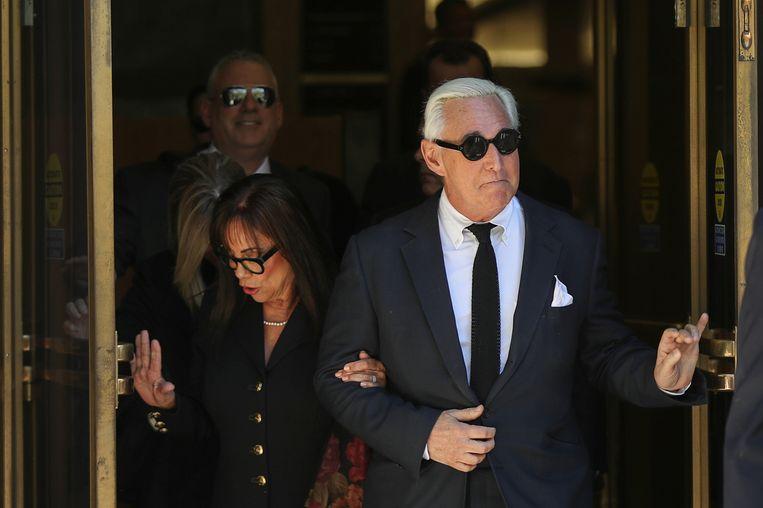 Roger Stone met zijn vrouw Nydia, maandag bij de rechtbank. Beeld Reuters