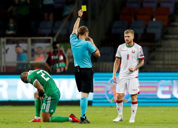 Nikita Korzun van Wit-Rusland krijgt geel van scheidsrechter Harald Lechner.