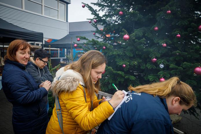 Kerstwens in de boom hangen. Angela (midden)wil het liefst een keertje naar de bios. Aranka links wenst een tatoeage en Daphne (rechts) wil graag een massage voor haar paard. Senn (op de achtergrond) wenst dat haar operatie van vrouw tot man voorspoedig mag verlopen.