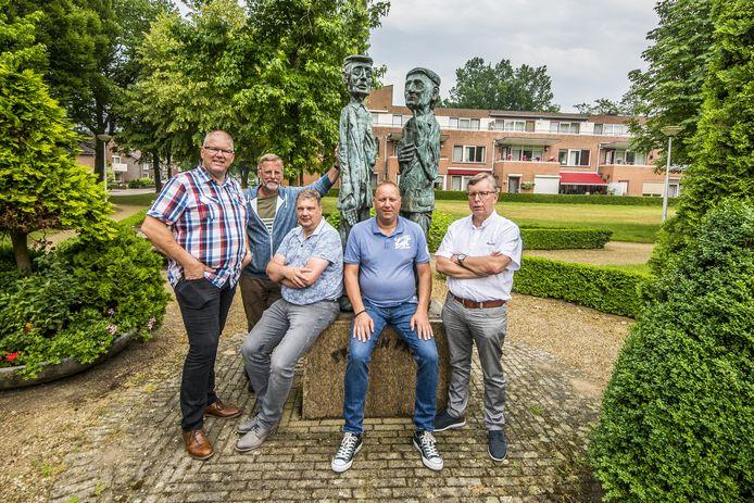 Bruisend Overdinkel bij het beeld van Prik en Prak vlnr Robert Bos , John Venema , Gert Olde Hanter , René Weggen en Dick Grovenstein.