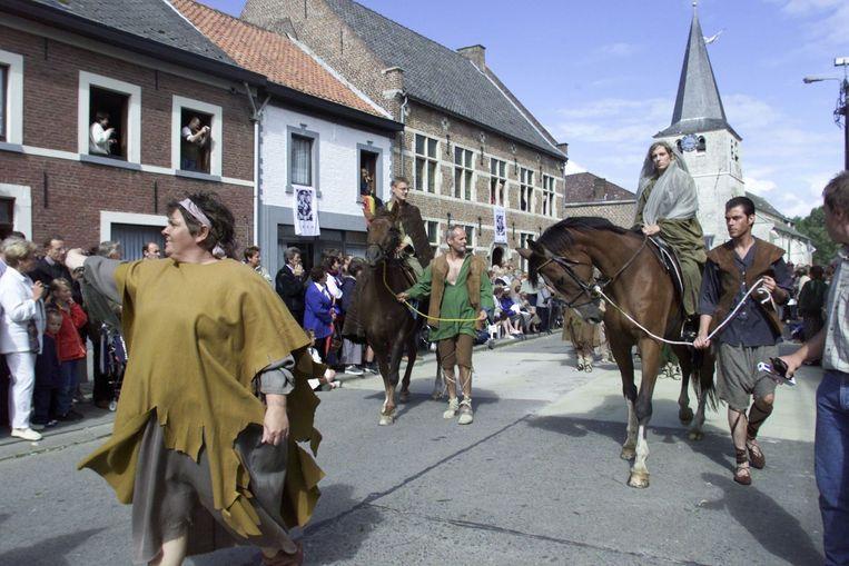 Steeds de Sint-Ermelindiskerk van Meldert op de achtergrond.