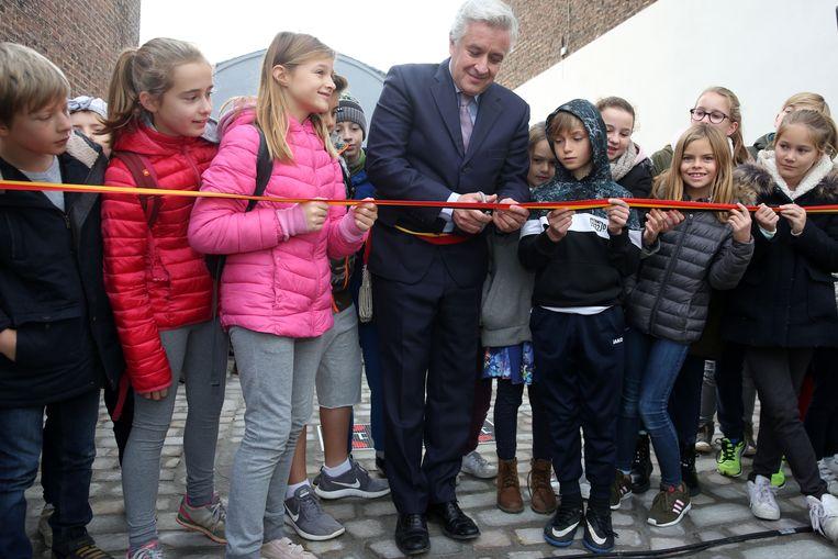 Schoolkinderen huldigden samen met burgemeester Pierre Rolin (IC-GB) het straatje vol vredesmozaïeken in.