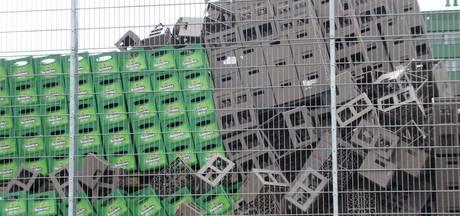 Lege, opgestapelde kratjes Heineken en grote containers omgevallen in Den Bosch
