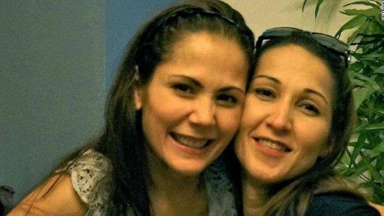 Maria Aurora Moyniha (rechts) en haar zus, de bekende actrice Maritoni Fernandez. Beeld Facebook