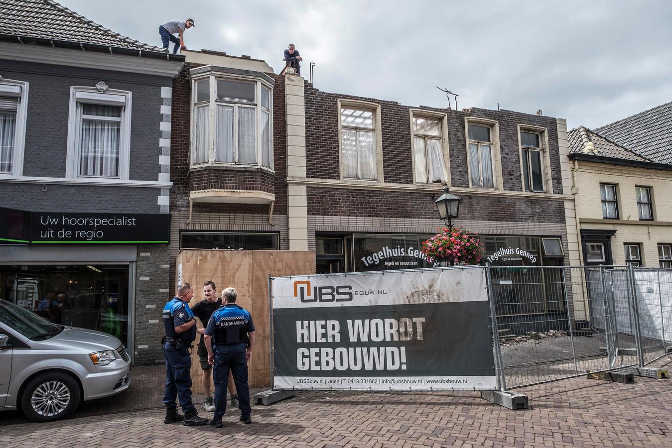 De sloop van het voormalige bakkerspand aan de Zandstraat in Gennep is begonnen.
