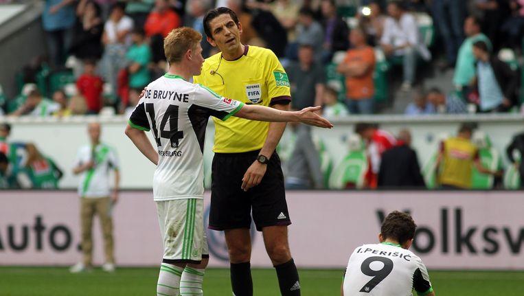 Kevin De Bruyne met ref Deniz Aytekin tijdens een duel van Wolfsburg.