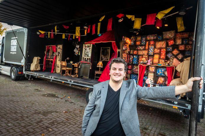 Bjorn Wilbers uit Milheeze bouwde een podiumtrailer van zijn vader om tot SintTruck en gaat daarmee het land door.