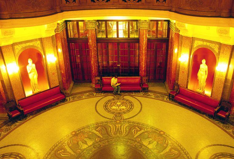 De hal met een mooie mozaiek vloer van het Gellert badhuis.  Beeld Hollandse Hoogte / Hans van Rhoon