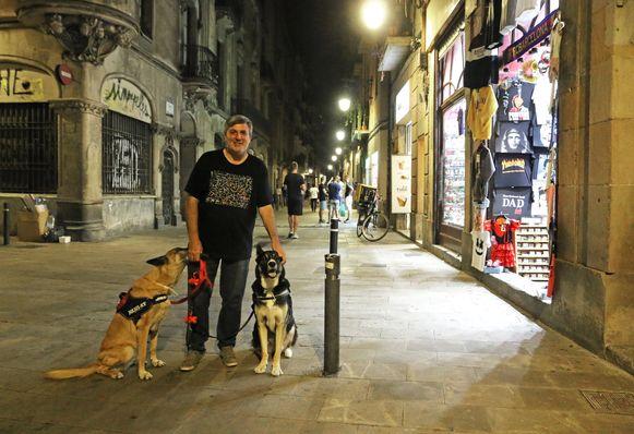 Mario Oller met zijn honden in de straat Sant Pere Més Alt in Barcelona, waar een toerist de avond ervoor werd neergestoken.