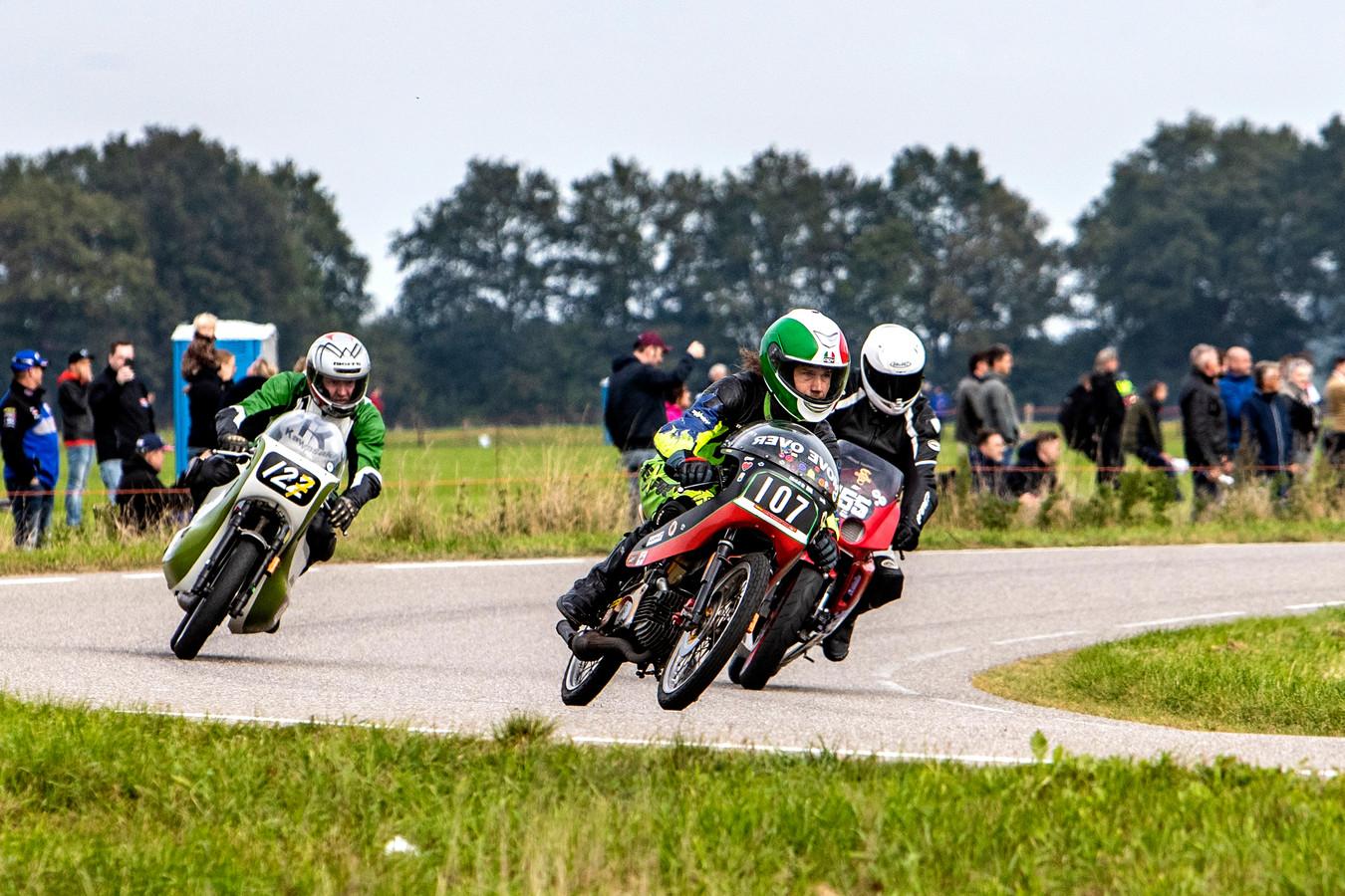 Manche 1 van de 125cc klasse tijdens de Classic Race Demonstratie Luttenbergring.