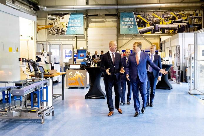 Bij AWL Techniek kreeg de koning een rondleiding van directeur Brand van 't Hof.