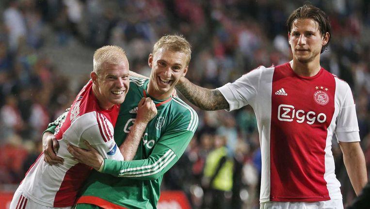 Jasper Cillessen viert met Davy Klaassen en Mitchell Dijks de overwinning op Willem II Beeld anp