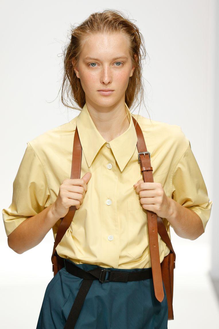 Een model met kleding uit de 2020 zomercollectie van Margaret Howell. Beeld Victor Virgile / Getty