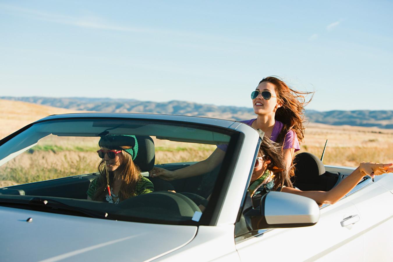 À Chypre, vous êtes tenu(e) de tenir le volant des deux mains lorsque vous conduisez. Il n'est donc pas permis de faire un signe de la main ni de boire à la bouteille. Si vos mains quittent le volant sans raison valable, vous pouvez vous attendre à une amende.