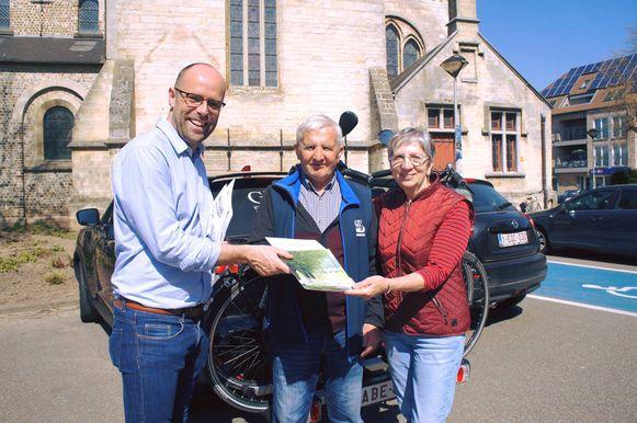 Burgemeester Tom Thijsen speelde voor de gelegenheid zelf even parkeerwachter.