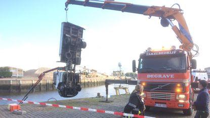 Oeps: vrachtwagentje kantelt in IJzer, man brengt zichzelf in redding