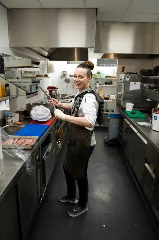Kok Zoe Lensen aan het werk restaurant Sol de Mar in Rhenen.