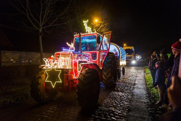 De toeschouwers bewonderen de verlichte tractoren die door de straten van de deelgemeente trekken.